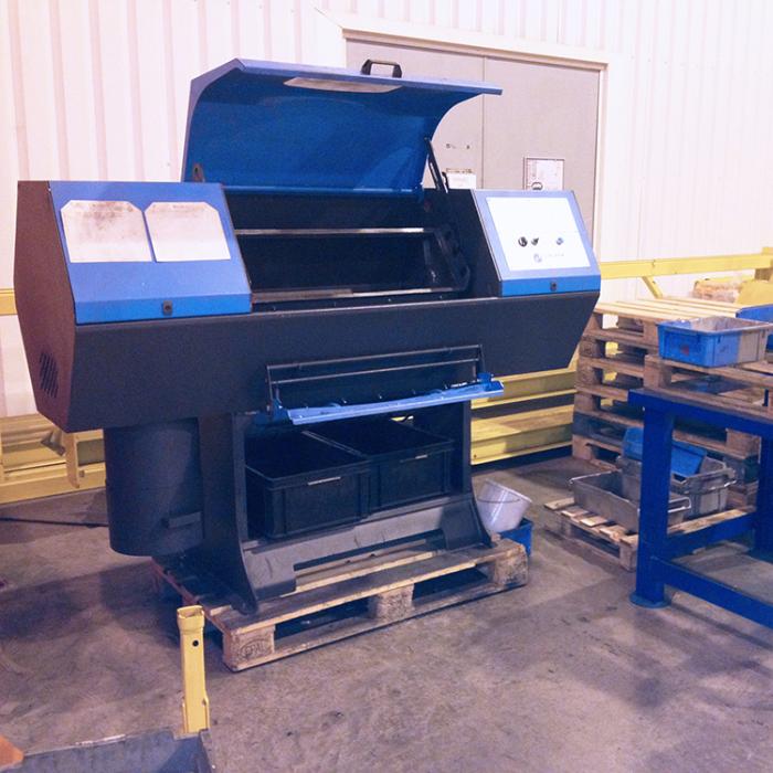 Ebavurage en tonneau - Tonneau d'ébavurage DIABOLO dans un atelier de metallerie - SPK Solutions