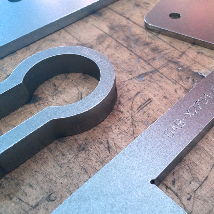 Ebavurage en tonneau - Essais sur pièces découpées au plasma pour la charpente métallique - SPK Solutions